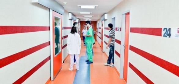 un barbat a stat pe coridoarele spitalelor