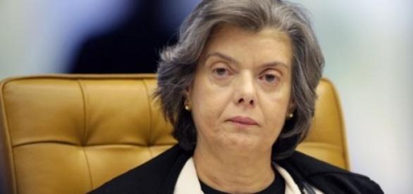 Ministra defende uma mudança de atitude dos Juizes