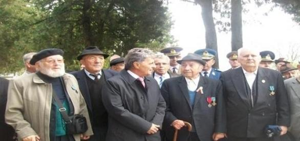 Ministrul Apararii, Mircea Dusa, si veterani