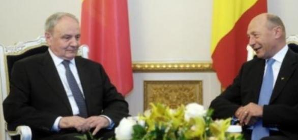 Nicolae Timofti si Traian Basescu cu flori pe masa
