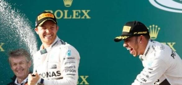 Hamilton liderou a Mercedes na primeira dobradinha