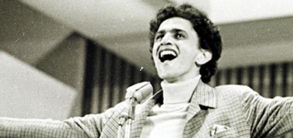 """Caetano Veloso canta """"Alegria, alegria"""", em 1967."""