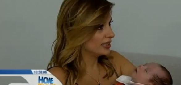 Luísa Mell apresenta seu filho Enzo na TV