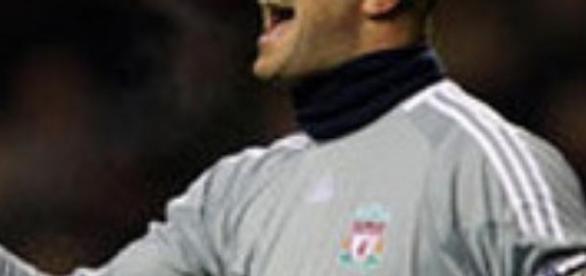 Pepe Reina defendiendo el escudo del Liverpool