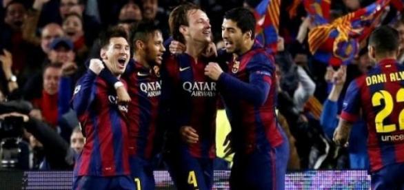 Los jugadores del Barça celebran el gol de Rakitic