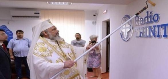 Patriarhul Daniel sfintind redactia Radio Trinitas