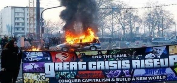 voiture incendié et banderole déployée
