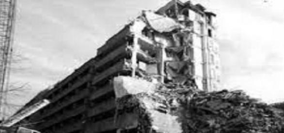 cladire distrusa de cutremur