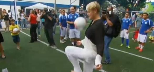 Xuxa e Zico fazem parceria em escolinha de futebol