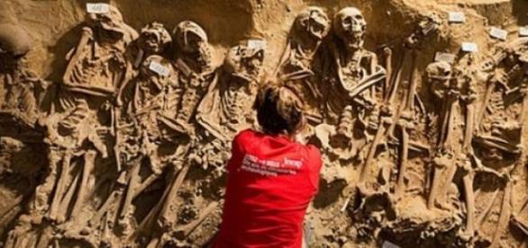 Hallan 200 esqueletos humanos