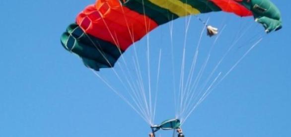 Jovem desmaia em voo de paraquedas