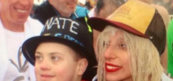 Lady Gaga s-a jucat in apa rece a lacului Michigan