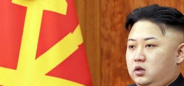 Le leader nord-coréen tire des missiles en mer.