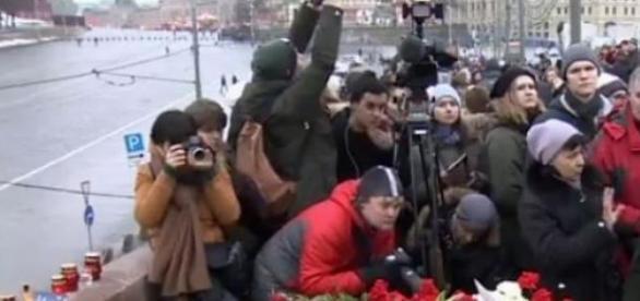 Składanie kwiatów na miejscu śmierci B. Niemcowa