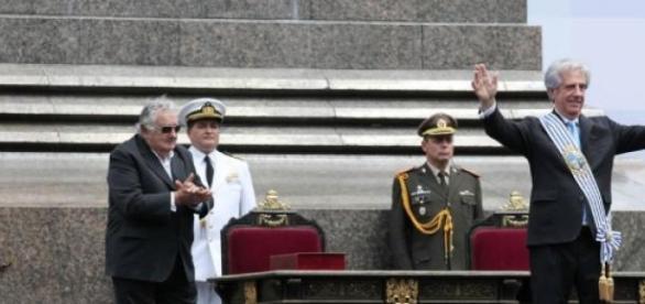 Vázquez e seu antecessor, Mujica, na cerimônia