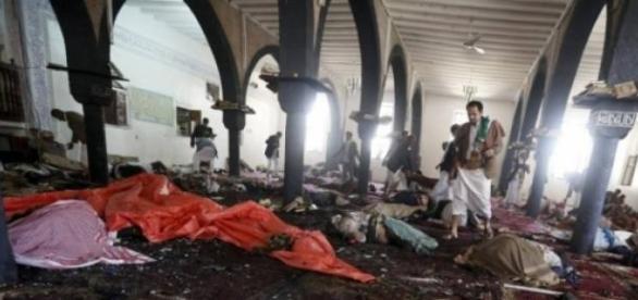 Rebeldes houthis: resgate de corpos em mesquita