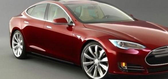 Tesla Model S se conduce singura