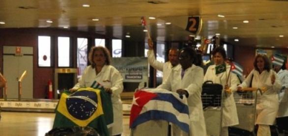 Na foto, médicos cubanos chegando ao Brasil
