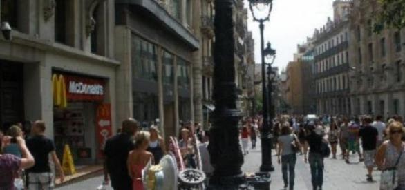 Calle de Barcelona con turistas (Foto del Autor).