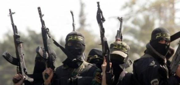 Islamistas radicales haciendo gala de su armamento
