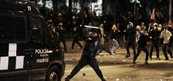 Los radicales la emprendieron contra la policía