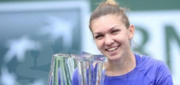 Simona Halep cu trofeul de la Indian Wells