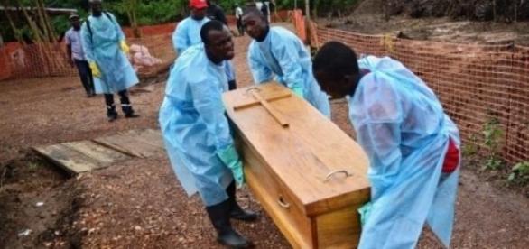 Enterro de uma vítima do vírus Ebola na África.