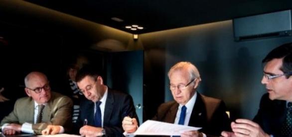 La Junta Directiva firmando varios contratos