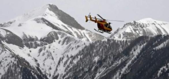 Helicóptero al rededor de la zona de impacto