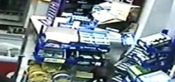 Carabinierii infractori au atacat armat magazinul