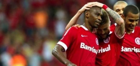 Juan comemora gol, com seus companheiros