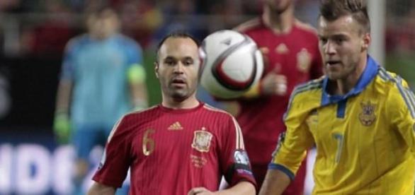 Andres Iniesta, în duel cu Andrey Yarmolenko
