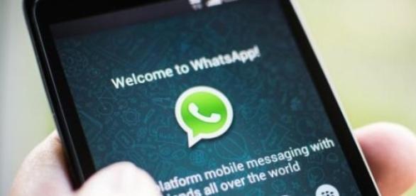 Petreci mult timp pe WhatsApp? Te poti imbolnavi!