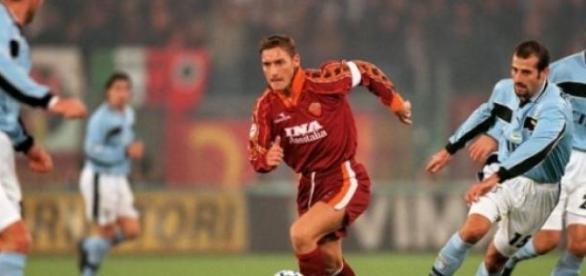 Totti conduce el esférico en un derbi de Roma.
