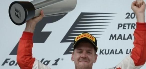 No pódio, Vettel também regeu o hino italiano
