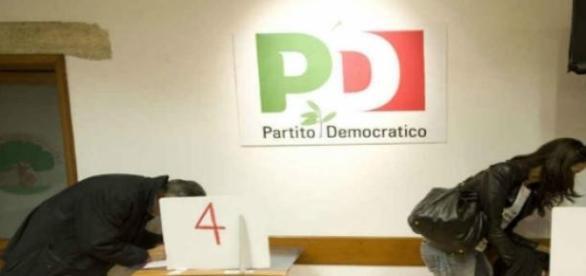 Un seggio del Pd durante primarie