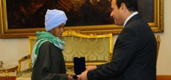 Abu Daooh przyjmuje medal od rządu Egiptu