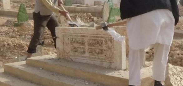 ISIS-Kämpfer zerstören Gräber in Raqqa und Idlib.