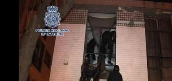 Policias entrando en un domicilio