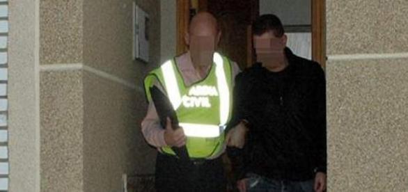 La Guardia Civil, sacando detenido a @Pianelo