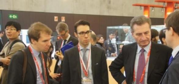 El comisario europeo visitó los stands de la MWC