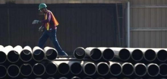 Un lavoratore dell'azienda vicino ai tubi