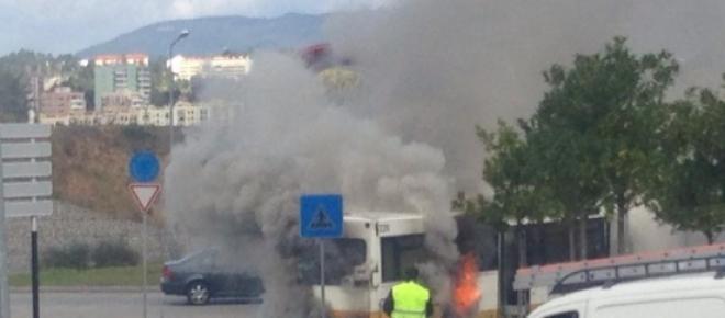 Autocarro ardeu junto ao Fórum, em Coimbra
