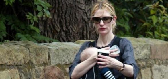 A atriz com a criança num passeio matinal.
