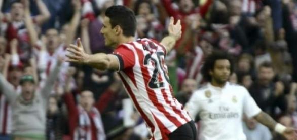 Aduriz celebrando el gol y Marcelo desconcertado.