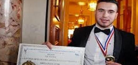 Armando Curri avec sa médaille et son diplôme