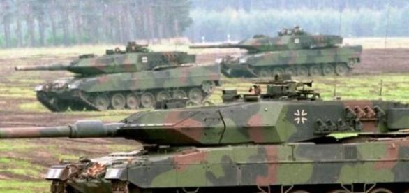 Czołgi Leopard 2 w marszu. Bundeswehr-Fotos   CC 2