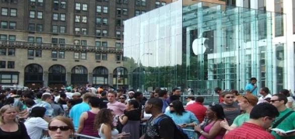 Espera a las puertas del Apple Store