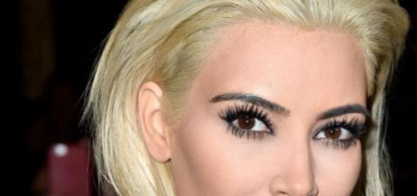 Kim Kardashian: do platinado ao quase brancos.