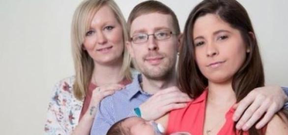 A tia Jaki, o pai Adam e a mãe Natalie com o bebé